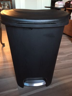 Rubbermaid 13 GAL STEP ON TRASH CAN