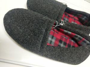 New Men's Slippers size 8/9 $4-Nuevas para hombre talla 8/9. Orlando 32829