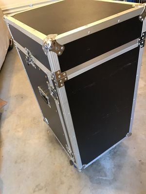 Road ready 16 space flight case with casters