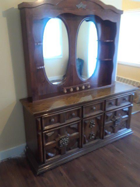 Es un tocador 2 buros la cabecera de la cama y otro mueble (Antiques ...