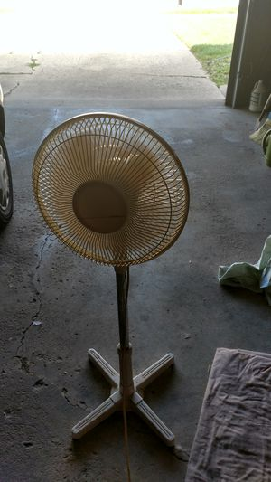 Adjustable 3 speed ocilating stand up fan