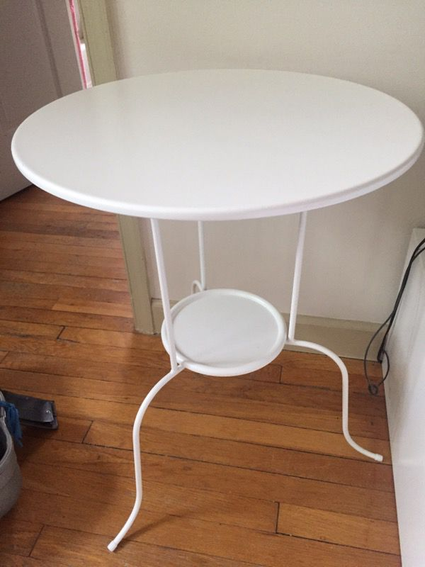 White round Coffee table / side table. Like new
