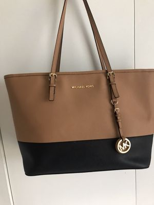 Authentic Michael Kors tote saffiano leather. from a smoke free and pet free home. Great condition