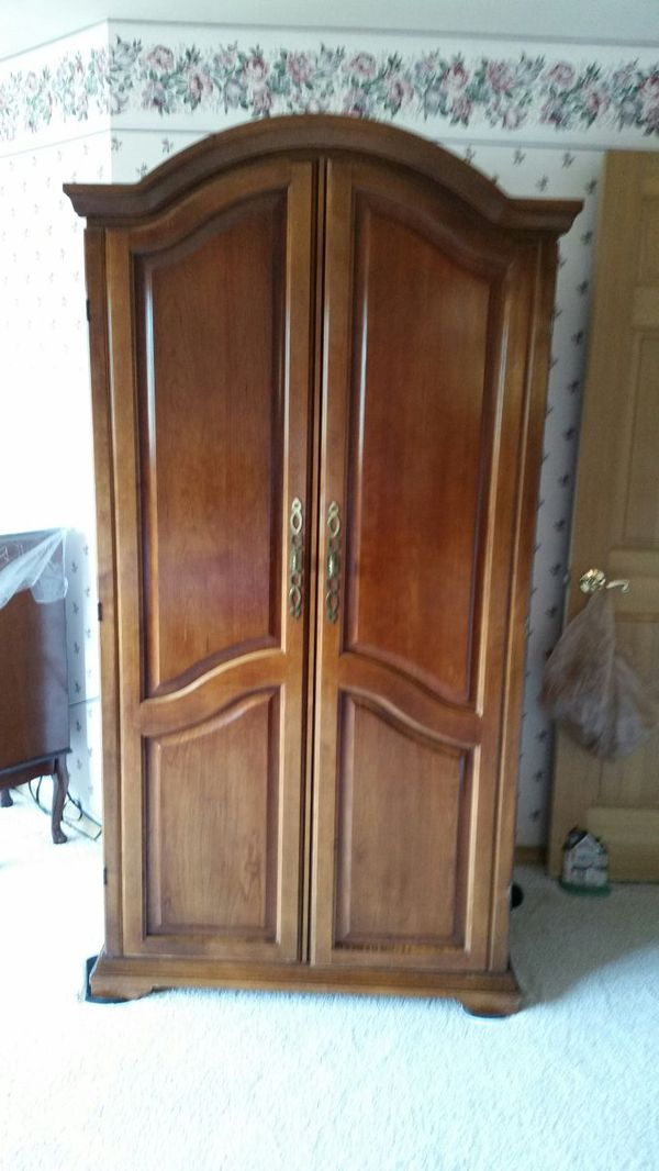 Armoire furniture in mill creek wa offerup for Offer up furniture