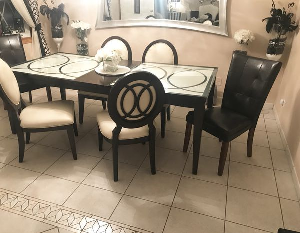 Dining Room Table Comes With Extendable Leaf