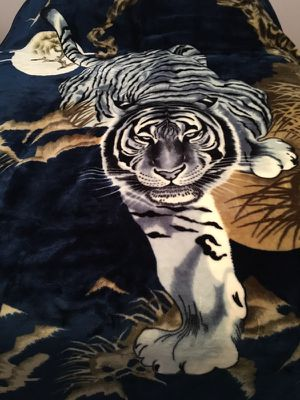 Authentic Mink Blanket Twin. Small trim tear can easily be sown.. reversible White Tiger...