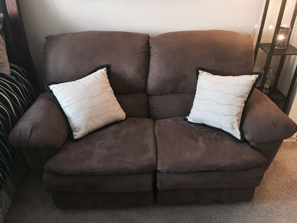 Love seat furniture in chicago il offerup - Ways of accessorizing love seats ...