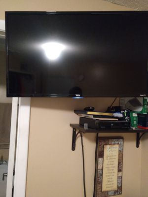 32 inch tv TCL Roku smart TV almost new
