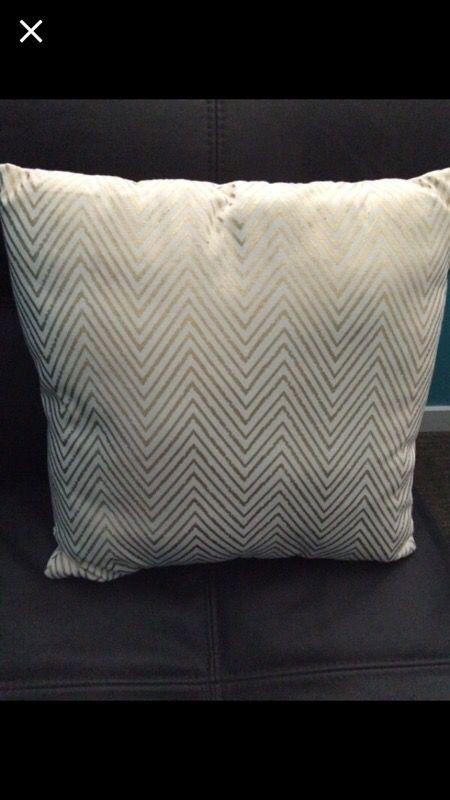 Throw pillow furniture in auburn wa offerup for Furniture auburn wa