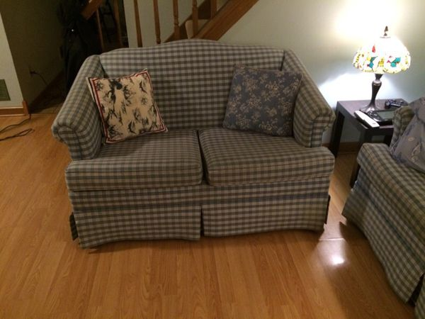 2 love seats furniture in geneva il offerup - Ways of accessorizing love seats ...