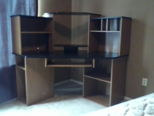 Large corner desk furniture in everett wa offerup for Furniture in everett