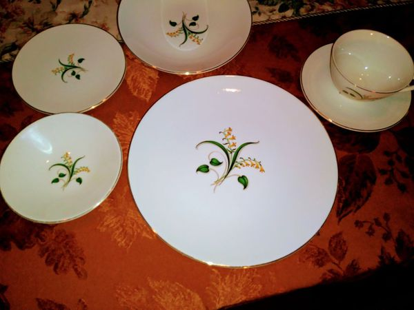 Forsythia by Knowles dinner service for 8