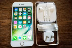 Gold Iphone 6S {64GB} UNLOCKED w/ Accessories