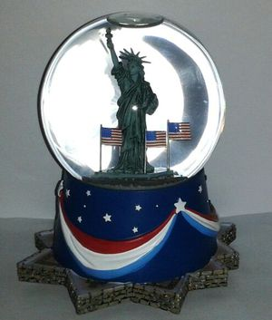 Hallmark STATUE OF LIBERTY Musical Snowglobe