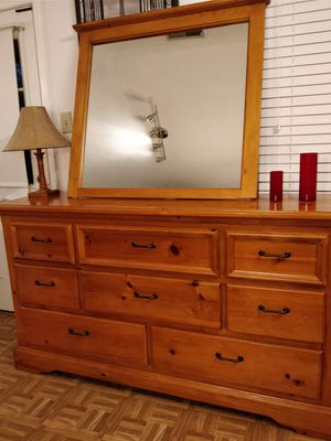 Nice solid wood big dresser/TV stand with big drawers in very good condition, all drawers sliding smoothly,