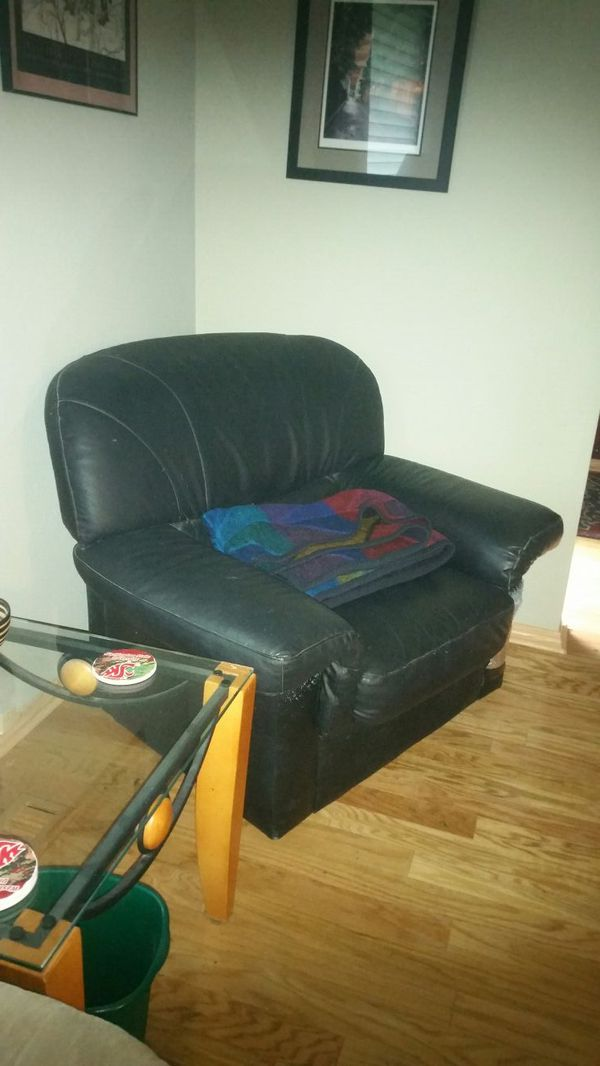 Free couch set furniture in edmonds wa offerup for Furniture edmonds wa