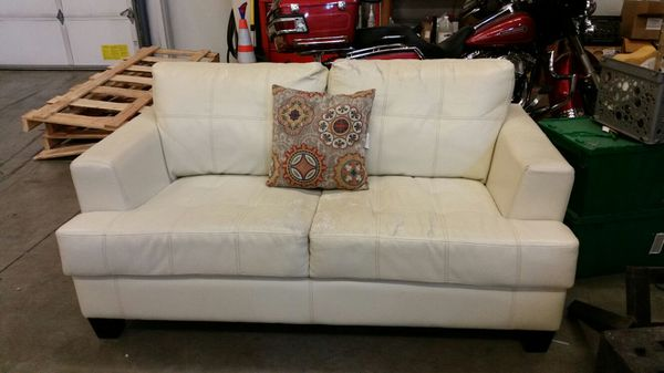 Free love seat furniture in federal way wa offerup - Ways of accessorizing love seats ...