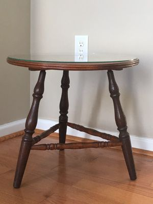 Cute end table, side table, or nightstand- good condition!