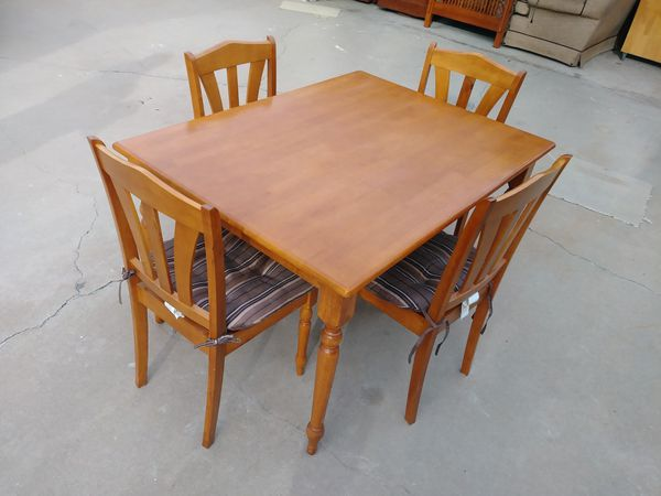 Light Oak Dining Room Table And 4 Chairs 36x48