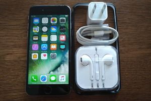 Iphone 6 {64GB} UNLOCKED w/ Accessories {Space Grey}