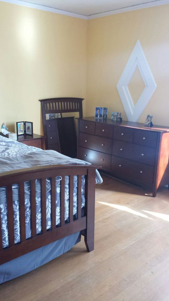 Queen size bedroom furniture household in seattle wa for Furniture pick up seattle