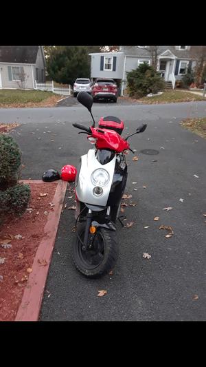 Vendo scooter 150 bien cuidada mantenimiento al día tiene sistema anti robo prende a control remoto