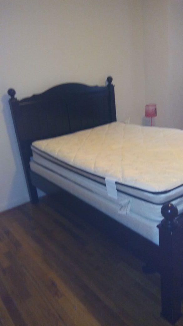 Vendo cama semi nueva full viene con el marco de madera