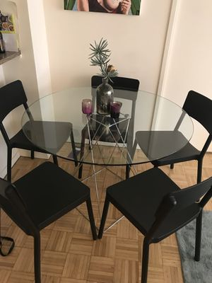 Round Glass Dining Table With 5 Black Chairs
