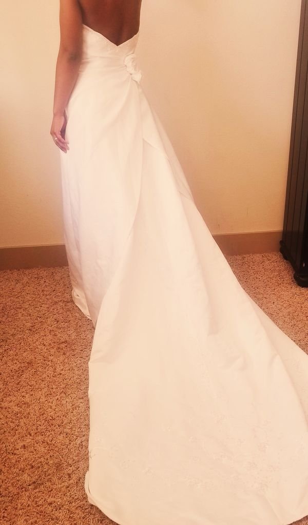 Gorgeous Size 4 Wedding Gown (Clothing & Shoes) in Katy, TX