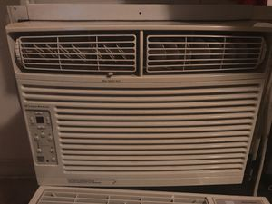 10,000 BTU air conditioner in excellent condition blows very cold air