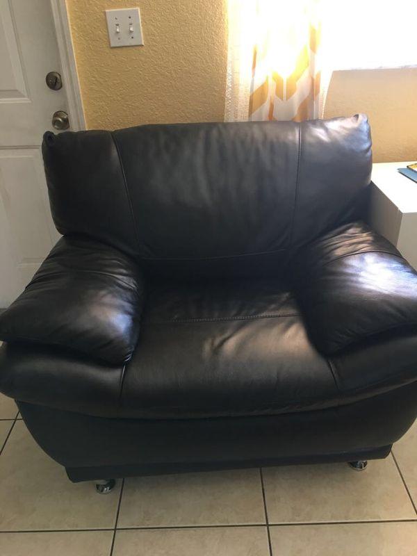 Mueble de cuero negro (Furniture) in Miami Springs, FL