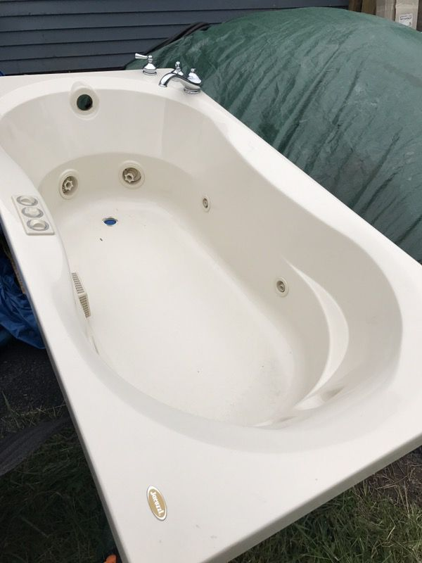 Jacuzzi brand 3\'x6\' tub with chrome faucettes. Great condition ...