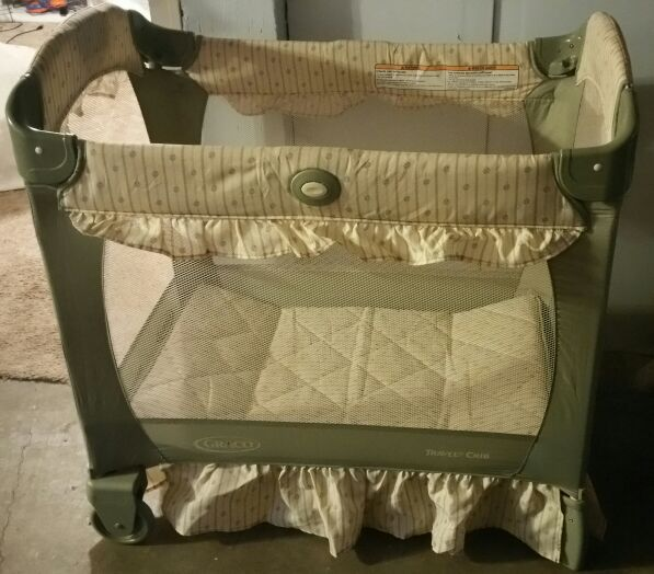 Graco lite weight pack n play crib w bassinet Baby