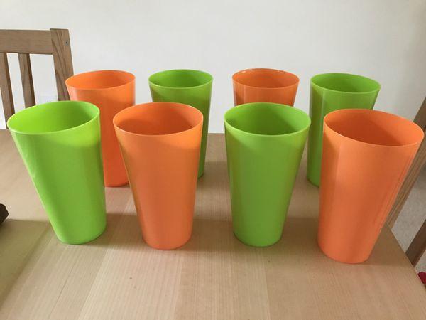 Set of 8 plastic cups