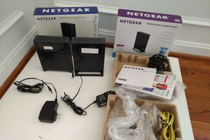 Lot of 2 Netgear wifi Gigabyte router and extender