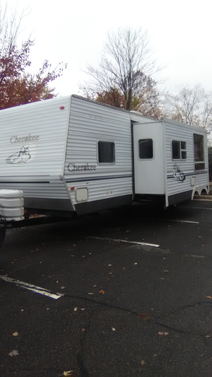 05 Cherokee travel trailer 30ft with slide like new condition