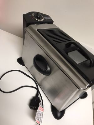 Barely used Bella 3.5L deep fryer. Comes with it's original packaging