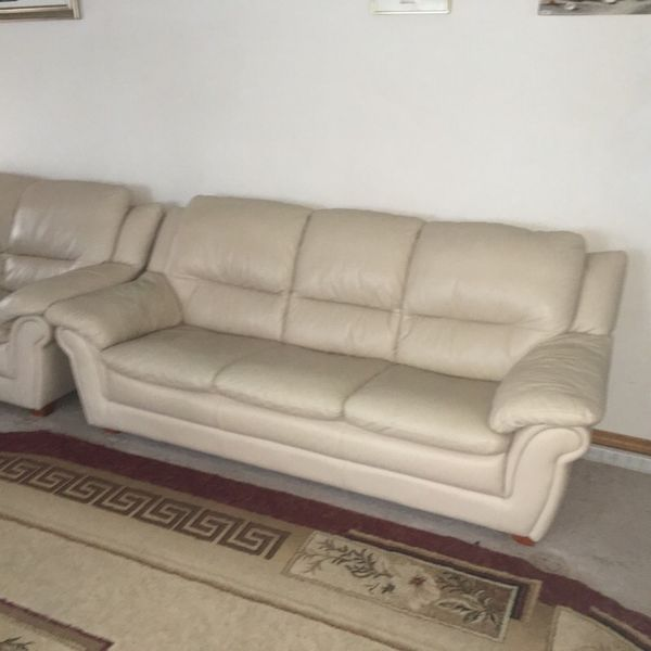 Leather love seat and sofa set furniture in lynnwood for Furniture in lynnwood