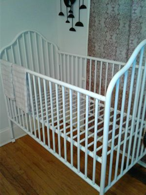 Baby crib w/out mattress