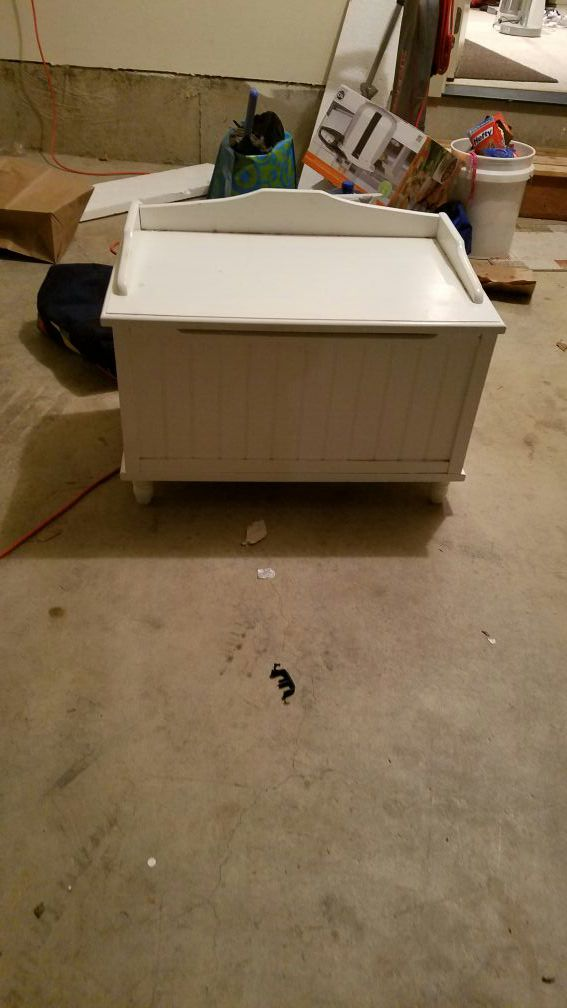 Free white toy box furniture in seattle wa offerup for Furniture movers seattle