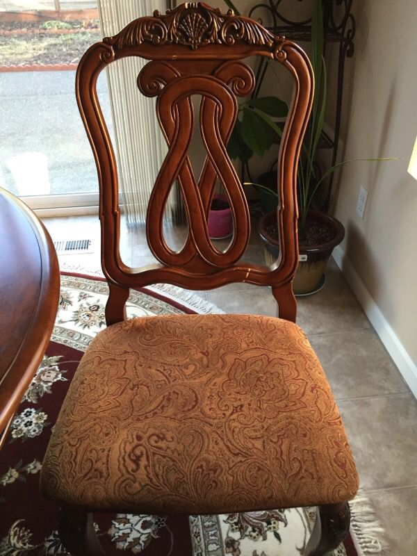 Round table with 4 chairs furniture in federal way wa for Furniture federal way