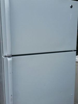 Refrigerator top freezer ice maker