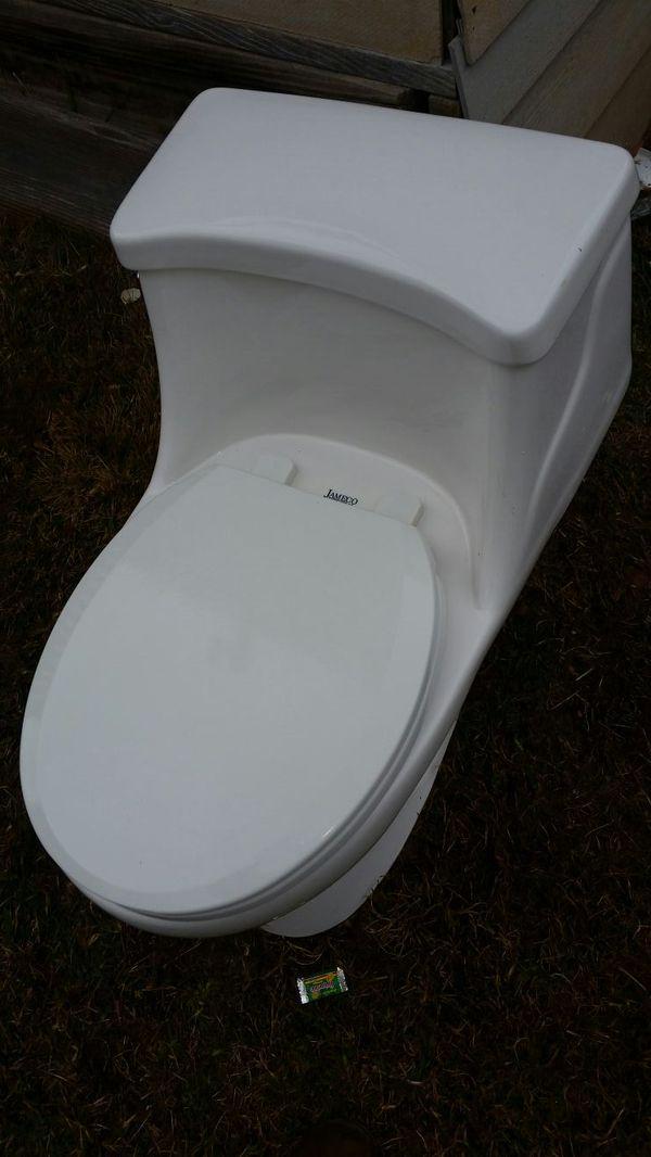 jameco toilet 1.6 Gpf 6.0 LPF (Household) in Charlotte, NC