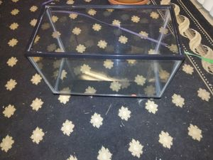 Reptile or fish tank 10 gallons it doesn't have a light and only has a screen lid .must pick up only