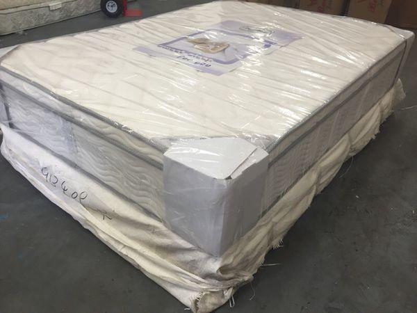 Queen mattress and box spring set Furniture in Everett
