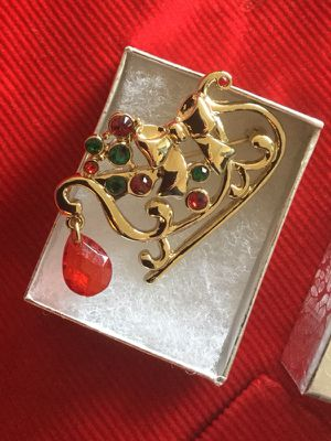 Holiday brooch 🌲🛷Winter sleigh great for scarf 🧣 or coats 🧥