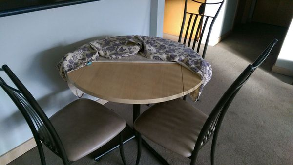 3 chair round dining table for sale in seattle 65 for Furniture movers seattle