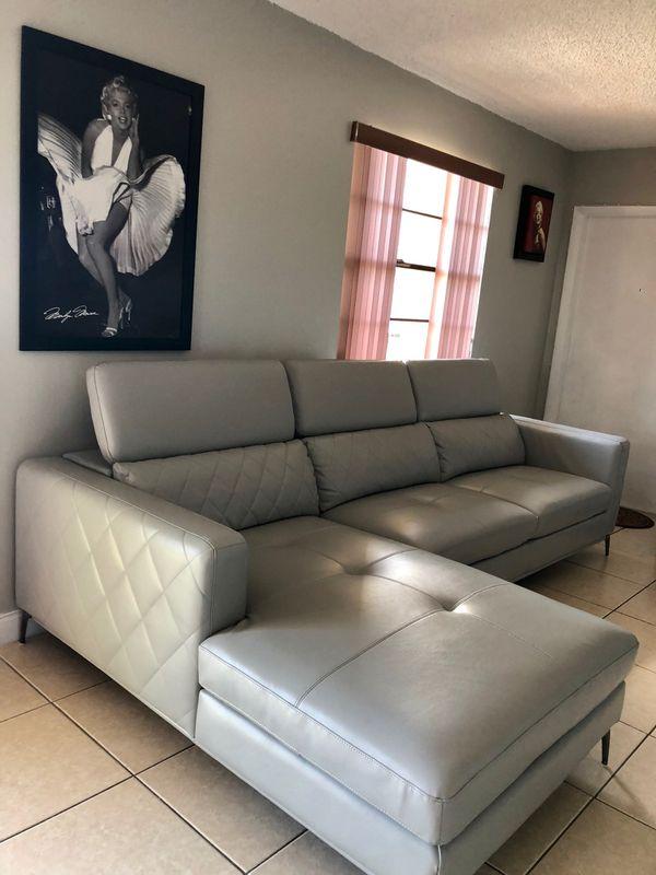 Mueble sofia vergara (Furniture) in Hialeah, FL