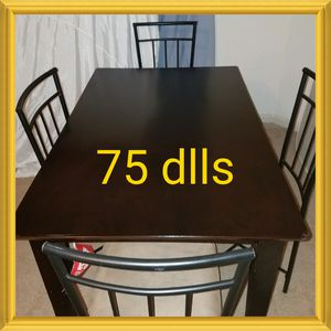 1 mesa con 4 sillas. Table and 4 chairs