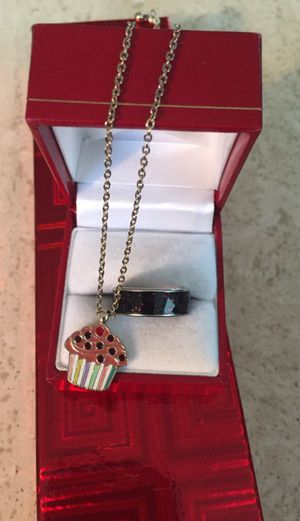 """Vintage cupcake pendant & 21"""" chain and size 7 sparkly band"""